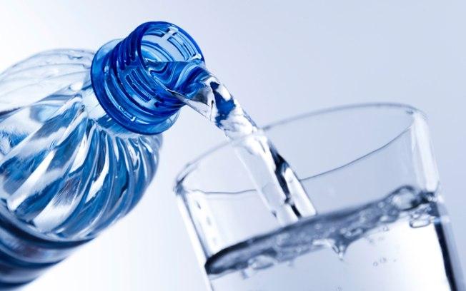 Beber bastante água é a principal dica para os dias quentes