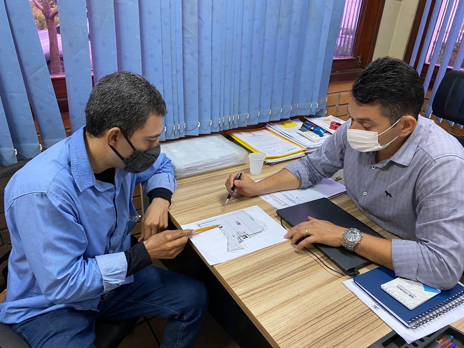 Alessandro Pereira e Bruno Franklin durante reunião da Seplu